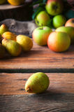 Birne und Äpfel, selektiver Fokus Stockbild