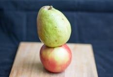 Birne und Apfel Lizenzfreie Stockfotos