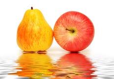Birne und Apfel getrennt Stockbilder