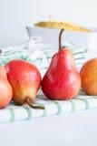 Birnen auf einer Tischdecke Stockbild