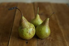 Birnen auf hölzernem Hintergrund Grüne Birnen Natürliche Leuchte Weinlese-Brett Lizenzfreies Stockbild