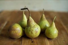 Birnen auf hölzernem Hintergrund Grüne Birnen Natürliche Leuchte Weinlese-Brett Lizenzfreie Stockfotos
