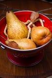 Birnen auf rotem Sieb stockbild