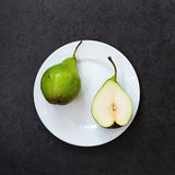 Birnen auf weißem Teller stockfotografie