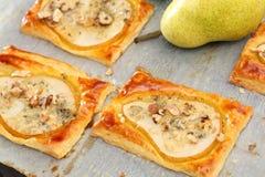 Birnen backten im Blätterteig mit Gorgonzola-Käse und -walnüssen Lizenzfreie Stockbilder