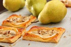 Birnen backten im Blätterteig mit Gorgonzola-Käse und -walnüssen Lizenzfreie Stockfotos