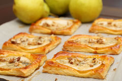 Birnen backten im Blätterteig mit Gorgonzola-Käse und -walnüssen Lizenzfreie Stockfotografie