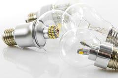 Birnen Eco LED und klassische Wolframbirne Stockfoto
