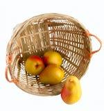 Birnen in einem Korb mit Ausschnitts-Pfad Stockbilder