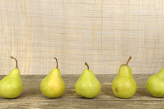 Birnen in einer Reihe Stockbild