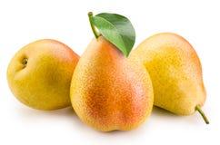Birnen. Gruppe Früchte mit Blatt. Beschneidungspfad Stockfoto