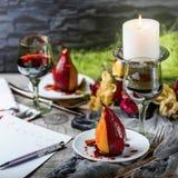 Birnen im Wein Romantisches Abendessen Lizenzfreie Stockfotos