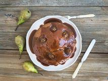Birnen-, Ingwer- und Honigkuchen mit sahnigem Karamell Belag und fres Stockfotos