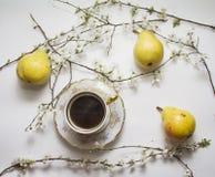 Birnen mit Kaffeetasse stockfotografie