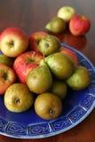 Birnen und Äpfel auf einer Platte Lizenzfreies Stockfoto