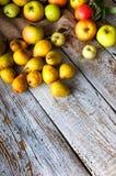 Birnen und Äpfel auf weißem Holztisch Stockfotos