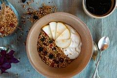 Birnengranola gedient mit Kaffee Lizenzfreie Stockfotos