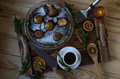 Birnenkuchen mit atmosphärischen Attributen lizenzfreie stockbilder