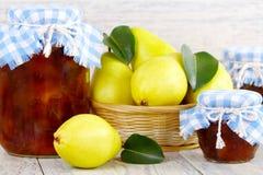 Birnenmarmelade und gelbe Birnen. Stockbilder