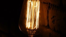 Birnennahaufnahme Die hellen Blitze Weinlesebeleuchtungsdekoration Klassische Edison-Lampe Gl?hlampe in der Dunkelheit stock video footage