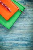 Biro van agendaboeken op het houten concept van het raadsbureau royalty-vrije stock afbeelding