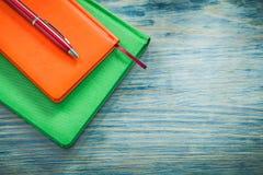 Biro van agendaboeken op het houten concept van het raadsonderwijs royalty-vrije stock foto