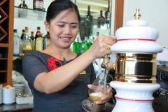 Birra alla spina di versamento del barista Immagini Stock