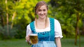 Birra bavarese bionda e risata della tenuta della ragazza archivi video