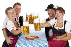 Birra bavarese di Oktoberfest della bevanda delle donne e degli uomini Fotografie Stock