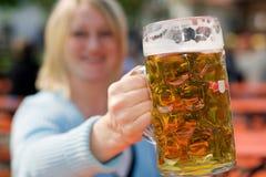 Birra bavarese a Oktoberfest nello stein della birra Fotografia Stock Libera da Diritti