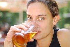 Birra bevente Fotografie Stock