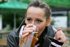 Birra bevente Immagini Stock Libere da Diritti