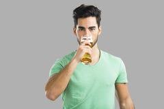 Birra bevente del giovane Immagini Stock