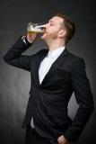 Birra bevente del giovane uomo d'affari Fotografie Stock Libere da Diritti
