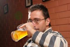 Birra bevente dell'uomo immagini stock libere da diritti