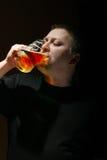 Birra bevente dell'uomo Immagini Stock