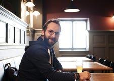Birra bevente dell'uomo Fotografie Stock