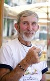 Birra bevente dell'uomo anziano felice Fotografia Stock Libera da Diritti