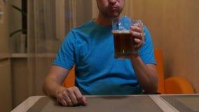 Birra bevente dell'uomo Birra leggera fredda Birra del mestiere Una pinta di birra leggera archivi video