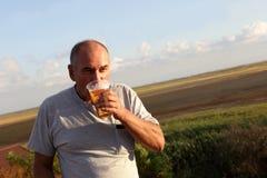 Birra bevente dell'uomo maggiore Immagini Stock Libere da Diritti