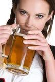 Birra bevente della donna Fotografia Stock Libera da Diritti