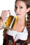 Birra bevente della donna Immagini Stock