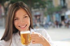 Birra bevente della donna al caffè Fotografie Stock