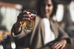 Birra bevente della donna di 40 anni Fotografia Stock