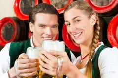Birra bevente delle coppie in fabbrica di birra Immagini Stock
