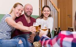 Birra bevente e risata della gente felice Fotografie Stock Libere da Diritti