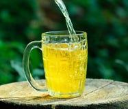 Birra che è versata Fotografia Stock