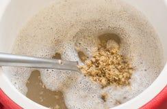 Birra che schiaccia in tino per tutta la fabbricazione della birra del grano Immagini Stock