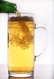 Birra che versa in tazza di vetro Fotografia Stock