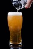Birra che versa in un vetro Fotografie Stock Libere da Diritti